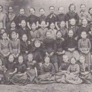 01.01.1856: Sr. Agnes and Sr. Ursula take over the Orphanage in Bremen. Photo: Children together with Sr. Xaveria Vogt.