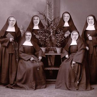11.02.1895: The voyage of the first six Missionaries of the Sisters of Divine Providence to Brazil. Photo: Sr. Rufina, Sr. Anna (sitting), Sr. Paula, Sr. Albina, Sr. Albertina (sitting), Sr. Oswalda.